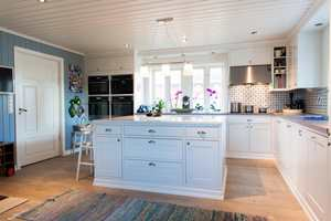 <b>MAGI:</b> – Vi brukte et helt år på å pusse opp kjøkkenet. Det er de personlige detaljene som skaper magien i rommet, sier Jon Inge Ringsby. (Foto: Kristian Owren/ifi.no)