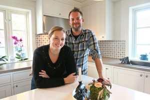 <b>UNGE OG LOVENDE:</b> Lise Beate og Jon Inge Ringsby er moderne bønder. – Vi elsker å pusse opp. Dette huset er vårt livsverk, sier de. (Foto: Robert Walmann/ifi.no)