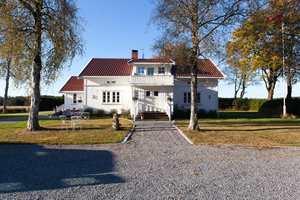 <b>STASELIG:</b> Hovedhuset er pusset opp rom for rom. Ekteparet Ringsby vil ha en ærverdig gård med moderne løsninger. (Foto: Kristian Owren/ifi.no)