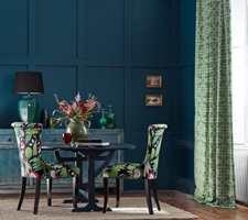 Det er både stilig og trendy med gardiner i stuen. I tillegg kan du lure øyet til å tro at rommet og vinduene er større enn de er. Her er de tre beste gardintipsene!