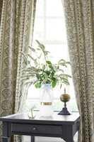 <b>HYGGELIGERE:</b> Med gardiner i stua blir det rett og slett hyggeligere å være rommet, mener ekspertene. (Foto: Green Apple)