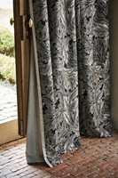 <b>LUNER:</b> Lange, fôrede gardiner luner både fysisk og estetisk.