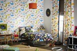 <b>LAG PÅ LAG:</b> Kombiner gjerne lange, lekne gardiner med en liftgardin med høy lystetthet. (Foto: Tapethuset)