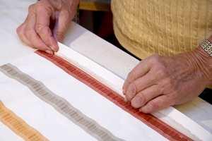 Brett inn stoffkantene på hver side 2,5 cm og gjenta slik at det blir en dobbelt brett. Sy sidekantene.