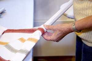 Fald nede: Brett først inn 2 cm og deretter 5 cm. Sjekk at stokken får plass inni falden. Stryk kanter og fald, sy falden og la det stå åpent i sidene for å få tredd stokken på plass.