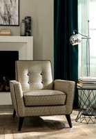 <b>ELEGANT:</b> Lange, mørke gardiner i velur gir et elegant uttrykk til stua. (Foto: INTAG)