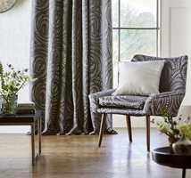 <b>LANGT:</b> Ifølge ekspertene er trenden lange gardiner, gjerne som går helt ned i gulvet. (Foto: Tapethuset)