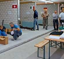 Geberit er opptatt av å inkludere markedet i produksjonsprosessen. Her tester håndverkere om Geberit CleanLine gulvrenne holder mål.