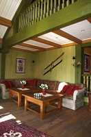 Stue - bevisst fargesetting av detaljene i en eldre stil som passer i hytteinteriøret.