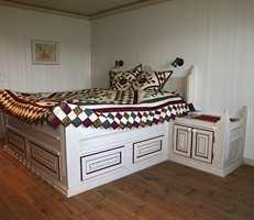 Soverom 3 - bruk av gulvolje tilsatt pigmener og bevisst fargesetting av seng og tekstiler.