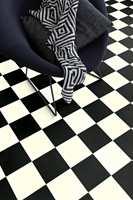 <b>KLASSIKER:</b> Sort-hvitt er en klassisk base i en palett med rene farger. Ønsker du sjakkrutet gulv har du flere muligheter: Fliser, maling eller som her: vinyl. Denne kvaliteten fra Gerflor kan også brukes på badet. (Foto: Gerflor)