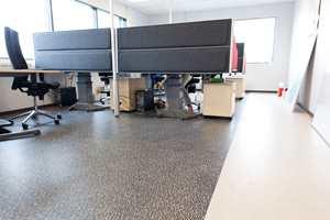 Alle 16 kontorer har ulike gulv - er på ordrekontoret brukes to forskjellige belegg sammen!