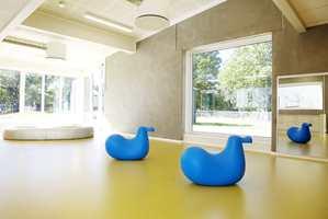 Myke belegg med god akustiske egenskaper gir et godt innemiljø, og er flotte underlag for innendørs lek i en barnehage.