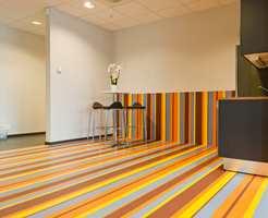 En lang rekke ulike gulvprodukter er bruk med den hensikt å vise mulighetene med bruk av farger!