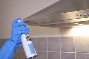 Glasskluter på børstet stål fjerner flekker -  eller du kan bruke lofri klut og stålrens som også har en impregnerings -effekt slik at du motvirker at nye fingermerker og fettflekker setter seg så lett.