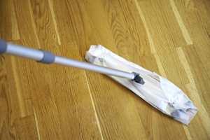 Nå har vi vaska golvet - men er det rent? Tørr mopp rengjør best på tørt, flekkfritt gulv.