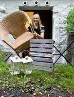 <b>GJENBRUK:</b> Hent opp gamle møbler og lykter fra kjelleren. De kan raskt få nytt liv! (Foto: Bjørg Owren/ifi.no)