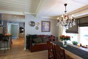 Bondemøblene er mørke og massive i fargen, derfor er det valgt tyngre farger på gardiner og puter, også for å skape sammenheng og balanse i rommet.
