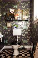 GJESTETOALETT: Har du lyst på mer farger og mønster så start gjerne med toalettet. Her ble det en opplevelse blant store sommerfugler og kongelig pynt.