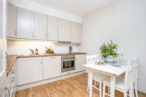 <b>UMODERNE: </b>Før oppussingen var kjøkkenet beige, og gikk langt på vei i ett med de da hvite veggene.