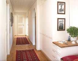 Entré hvor det er brukt tre ulike glansgrader. Helblank 90 på karm, døren har glansgrad 40 og veggen er 10.