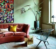 <b>HELMATT: </b>Her er vegger, vindusomramming og radiator malt i fargen «Landskape» fra Pure & Original. Veggene er malt med helt matt kalkmaling, mens list og radiator er blankere.