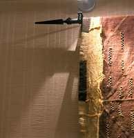Tapetet er vevet papir. Strukturen skaper liv til veggen, veggen oppleves likevel rolig og ensfarget.