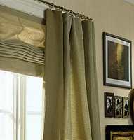 Sandfargede gardiner, en tanke dypere en veggfargen. Samme farge på vegg og gardiner skaper en rolig helhet.