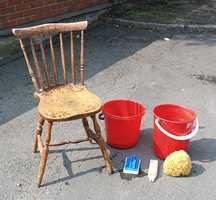 Den gamle stolen er klar for fornyelse. Vaskevann med spesialsåpe for flater som skal males, skyllevann, skrubb og svamp er det vi trenger til første del av jobben.