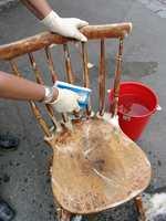 Vask grundig. Med vaskepad og spesialsåpe fjernes også en del av gammel lakk og maling. Vær nøye i kriker og kroker, så blir det mindre å slipe senere.