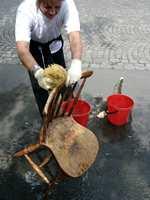 Skyll grundig slik at alle såperester er fjernet. Bruk gjerne hageslange og rennende vann. Såpe, skitt og løs maling er nå fjernet.