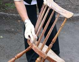 Stolen slipes deretter med slipepapir eller slipepad, som vist på bildet. Slip så du får en jevn og fin overflate. Støvsug eller tørk av støvet.