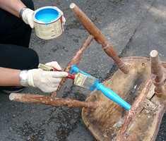 Så er stolen klar for maling; husk på å ha nok maling på penselen og dra strøkene godt ut.