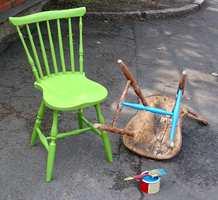 Vi valgte å male to stoler i forskjellige farger.