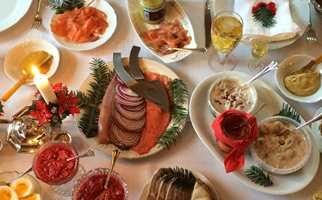 <b>BAKTEPPE</b> Det pene arvestykket av en juleduk er kritthvitt og trekker ikke direkte ned stemningen rundt maten! (Foto: Trine Midtsem/ifi.no)