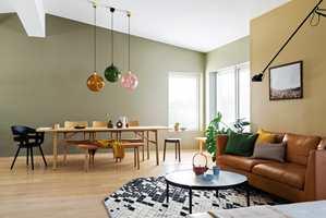 <b>STUE:</b> Veggene i spisestuen er malt med Butinox Interiør Stue & Sov Matt, farge 5940 KAMUFLASJE og vegg i stuen 5939 DIJON. Gulvet er lakkert med TreStjerner GulvMatt.