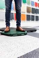 <b>MOBILT:</b> Emil Lindèn hos Bergo Flooring er i Tyskland for å vise frem sitt mobile plastgulv. – Dette kan legges over alt, sier han.