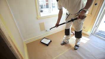 Bruk rull ved påføring, og monter rullen på et forlengerskaft. Det spar deg for ryggplager og gjør jobben raskere å utføre.