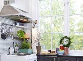 <b>STEKEOS:</b> Stekeplater og vifter har jobbet på høygir i desember. Tryg Forsikring vil at vi skal ta ut filteret i viften over komfyren og vaske det godt. – Mange branner starter på grunn av vifte over ovnen er full av fett som tar fyr, sier forsikringsselskapet. (Foto: Jan Larsen/ifi.no)