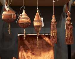 Gardinbånd og dusker med perler og glasskrystaller i høstens farger oransje og bronse.