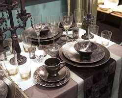 Med tallerkener, kandelabere og bordduker i sort, brunt og grønt duker du opp til fest. Serviset og telysholdere får gjerne være dekorerte med sirlige blomster.