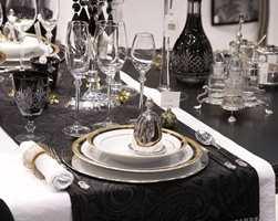 Sort, hvitt, gull og sølv er noen av høstens trender i spisestuen.