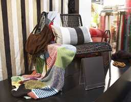 Dette strikkede pledd i lappeteknikk kommer fra Mimou.
