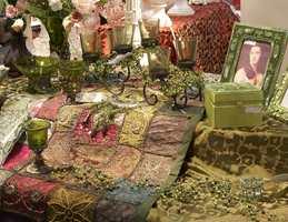 Olivengrønt, perler i glass, velur og broderier er med på å skape et orientalsk preg på hjemmet.