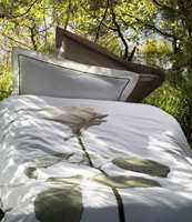 Lekkert sengetøy med svært naturtro rose i gigantformat fra Turiform, Nordisk Fjer. Foto: Produsenten