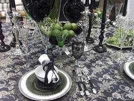 Eleganse i sort og grønt fra Villa Collection med duk i damaskstil, glasstallerkener og sorte og grønne krystallglass. Foto: Chera Westman/ifi.no