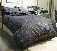 Dramatikk og stil på soverommet med sort sengetøy fra Nordisk Tekstil/Hang & Forco AS. Foto: Kristian Owren/ifi.no