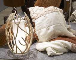 Naturlige materialer fra Dome. Lampe av kokosnøtt, lysestaker i vekstfibre, tekstil i silke og bomull. Foto: Kristian Owren/ifi.no