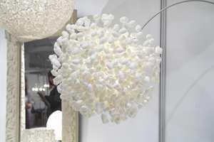 Dome er et svensk design- og importfirma som kun bruker naturmaterialer. I tillegg til egne tekstiler og møbler har de agenturet i Skandinavia for britiske Angoworld som blant annet lager denne lampen av silkelarvens kokonger. Foto: Kristian Owren/ifi.no