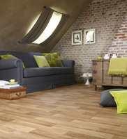 Imitert tre kan gi en varm atmosfære. Dette gulvet er fra Golvabia.